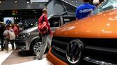 huGO-BildID: 48632691 Visitors look at caravans of German car maker Volkswagen at the expo 'Caravan Salon Duesseldorf' at the fair grounds in Duesseldorf, western Germany, on September 3, 2015. 590 international Exibitors present more than 2000 caravans and vehicles during one of the world's largests trade fairs for caravans and mobile homes. The fair is running until September 6, 2015. AFP PHOTO / PATRIK STOLLARZ AFP
