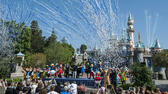 huGO-BildID: 46940785 Confetti flies through the air in front of Sleeping Beauty Castle during Disneyland's 60th birthday celebration Friday, July 17, 2015, in Anaheim, Calif. (Mark Rightmire/The Orange County Register via AP) MAGS OUT; LOS ANGELES TIMES OUT; MANDATORY CREDIT ap