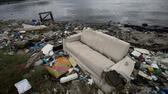 huGO-BildID: 47382137 FILE - In this June 1, 2015 file photo, a discarded sofa litters the shore of Guanabara Bay in Rio de Janeiro, Brazil. As part of its Olympic bid, Brazil promised to build eight treatment facilities to filter out much of the sewage and prevent tons of household trash from flowing into the Guanabara Bay. Only one has been built. Tons of household trash line the coastline and form islands of refuse. (AP Photo/Silvia Izquierdo, File) ap