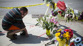 huGO-BildID: 45867040 Noah Nicolaisen, of Charleston, S.C., kneels at a makeshift memorial down the street from where a white man opened fire Wednesday night during a prayer meeting inside the Emanuel AME Church killing several people in Charleston, Thursday, June 18, 2015. (AP Photo/David Goldman) ap