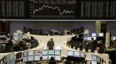 huGO-BildID: 24931767 Traders are pictured at their desks in front of the DAX board at the Frankfurt stock exchange January 27, 2012. REUTERS/Remote/Pawel Kopczynski (GERMANY - Tags: BUSINESS) Reuters, Sascha Rheker